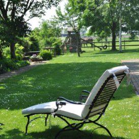 Klassiek ligbed in tuin