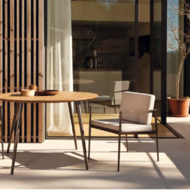 Bivaq Vint table and chairs in nice setting