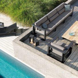 Manutti Fuse lounge en ligbed op dakterras naast zwembad-min