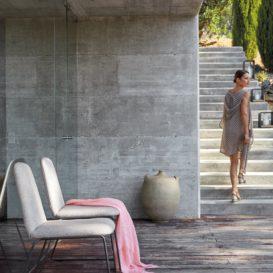 Manutti Loop stoelen in betonnen bouw-min