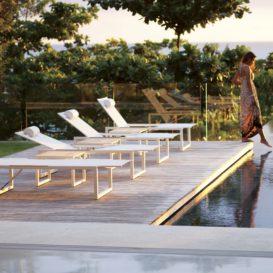 Ninix ligbedden aan zwembad in witte ferrari batyline-min (1)