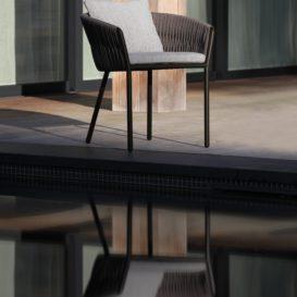 Twist stoel in simpele elegantie-min