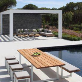 Vigor tafel met bank en krukjes aan zwembad met vigor lounge onder Renson overkapping-min