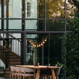 Bernard tafel + Mona stoel met Light my table lichtslinger in wondermooie setting by Vincent Sheppard